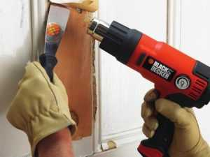 Удаление старой краски со стен с помощью теплового фена