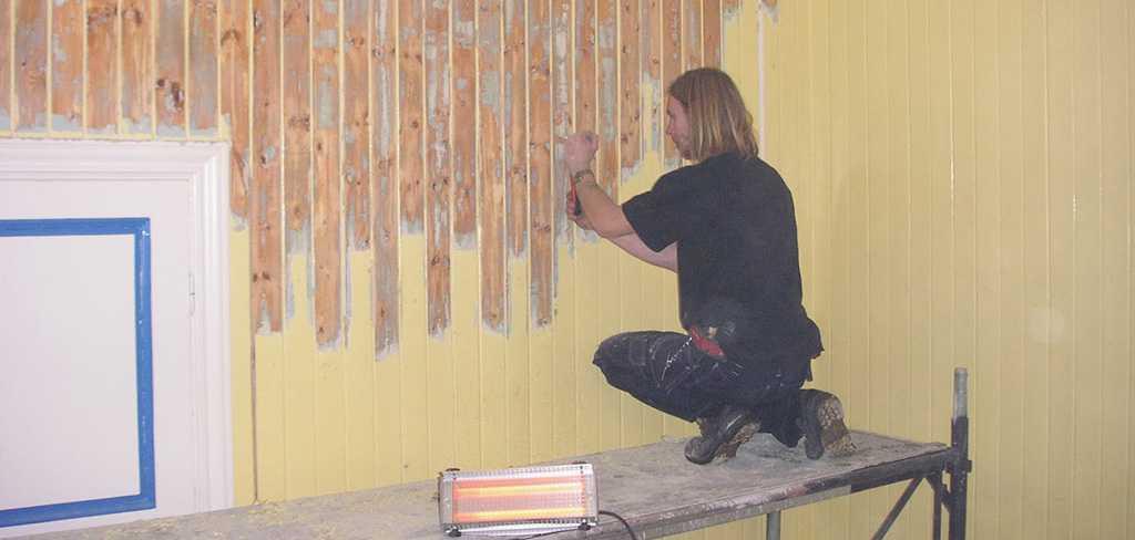 Удаление старой краски с деревянной стены