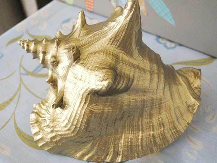 Окрашенные под золото декоративные изделия в интерьере