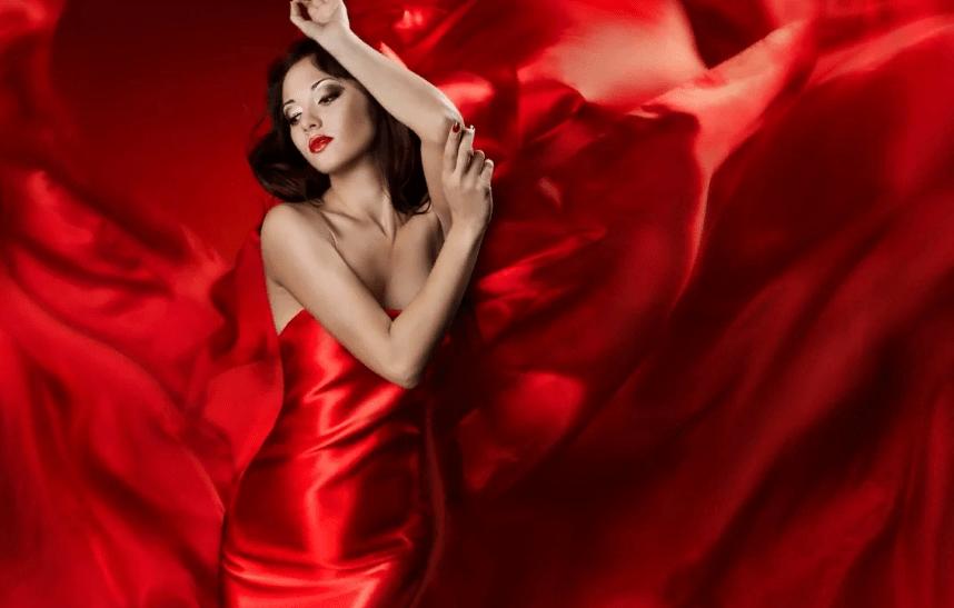 В красном