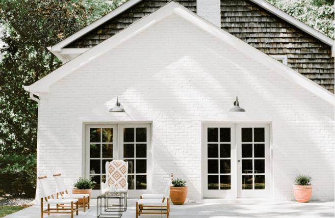 Окраска фасада белой краской.