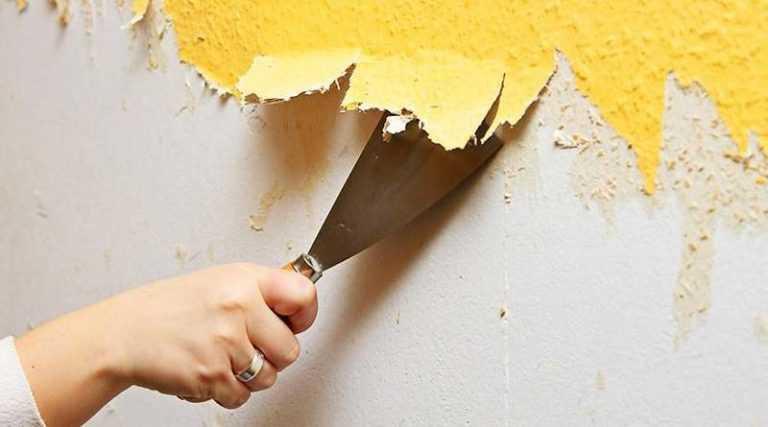 Удаление старого покрытия со стены на кухне