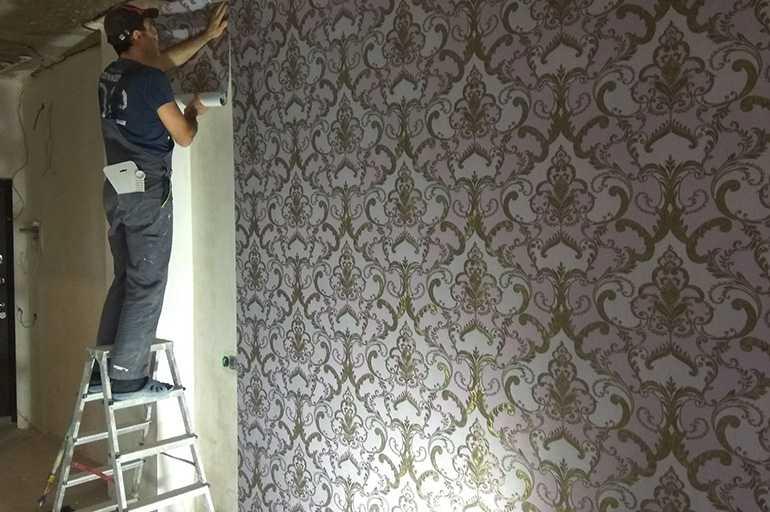 Процесс поклейки на стены